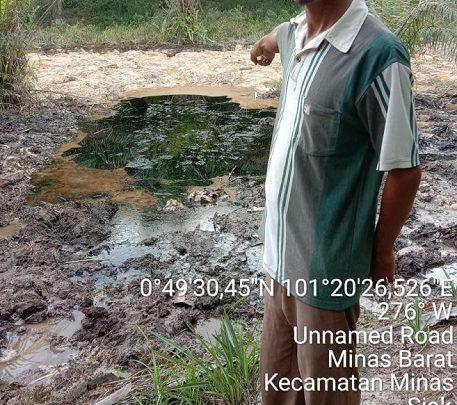 Warga Minas, Riau menunjukkan kondisi Limbah B3 Tanah Terkontaminasi Minyak PT Chevron Pacific Indonesia kepada Tim LPPHI. Foto/Dok.LPPHI